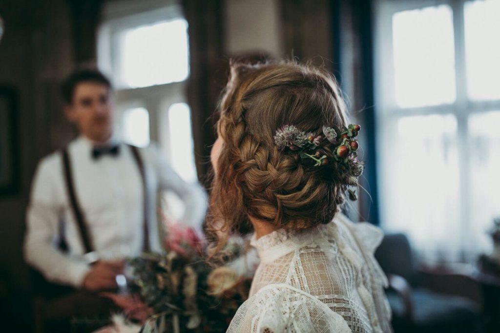 Braut mit geflochtenem Zopf
