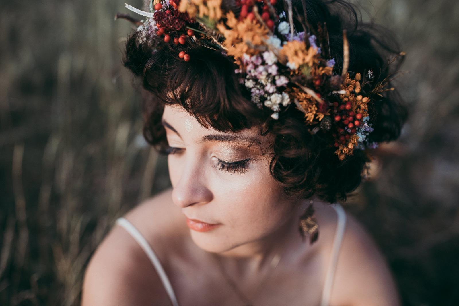 Braut mit Blumenschmuck